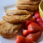 Fluffy American pancakes met aardbei en kaneelsiroop