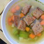 Makkelijke groentesoep met knoflookcroutons