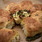 Vegan camembert uit de oven met borrelbrood